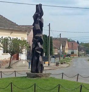 összefonódás-szobra